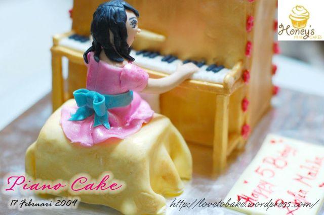 piano-cake-back